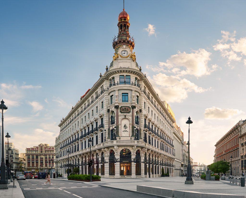 Antiguos alumnos de Les Roches con salidas profesionales de liderazgo en Four Seasons Madrid.
