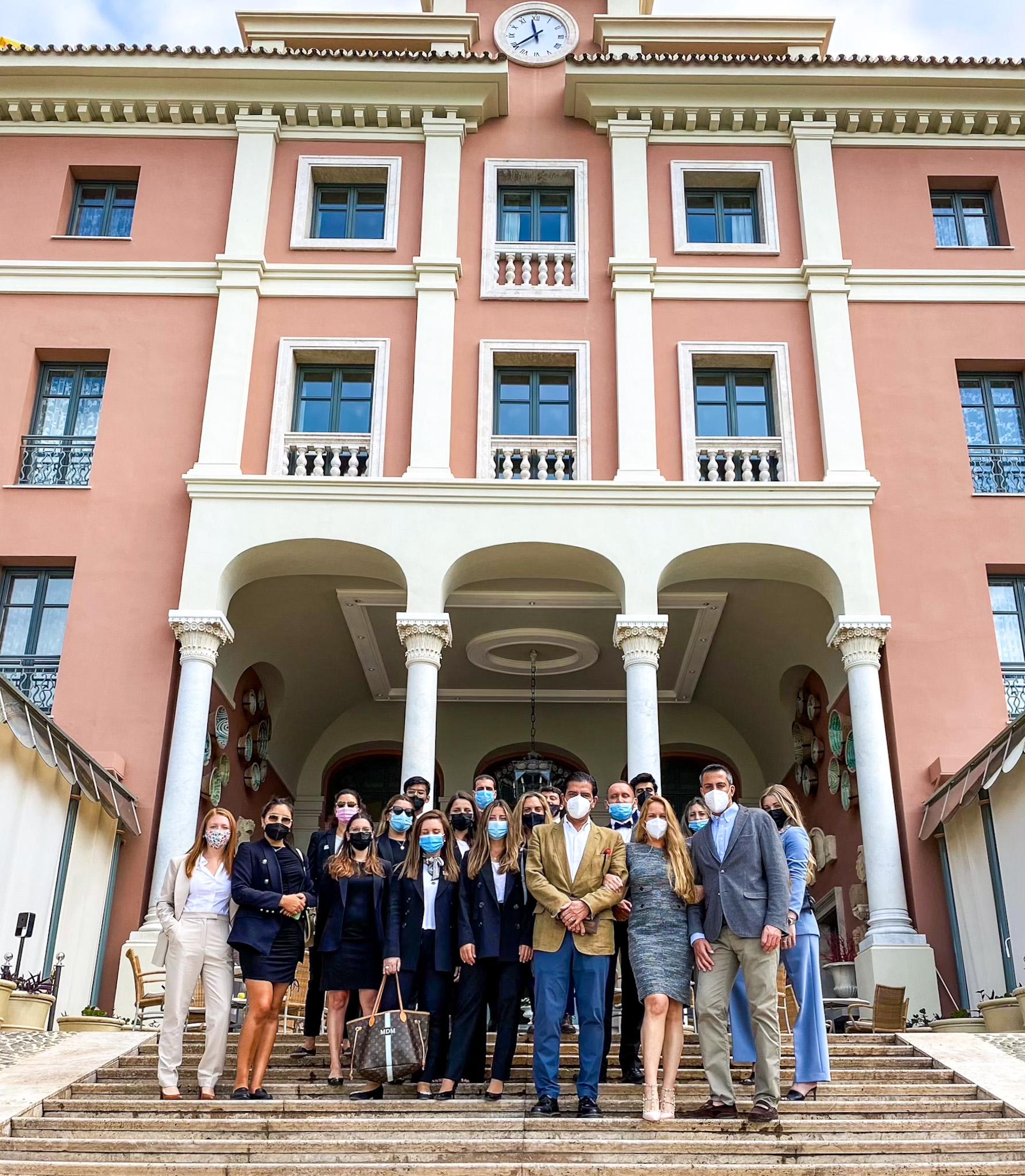 Alumnos del Máster en Dirección de Marketing para el Turismo de Lujo, junto con Jorge Manzur, General Manager de Anantara Villa Padierna (2021).